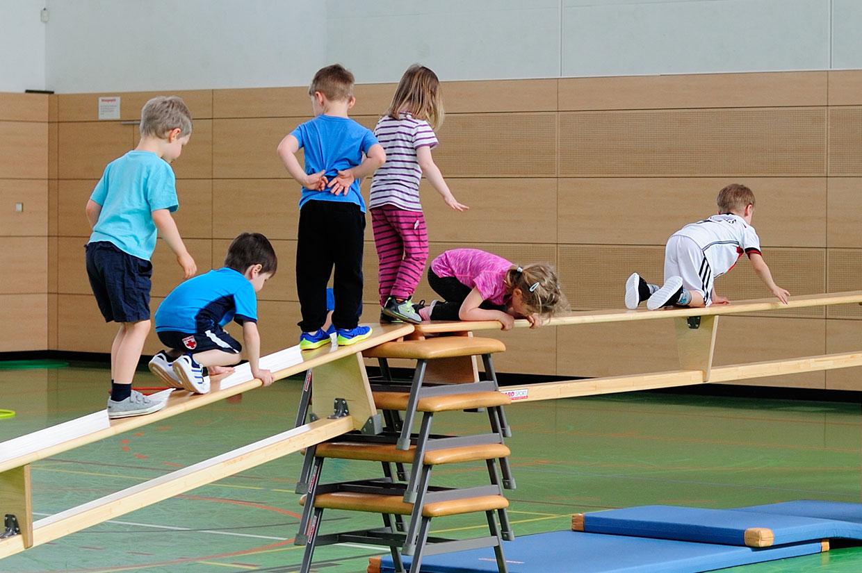 Bewegungsschule Kinder auf Sportgeräten
