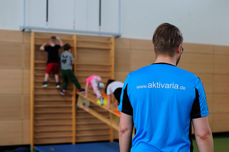 Bewegungsschule Kinder an Sprossenwand