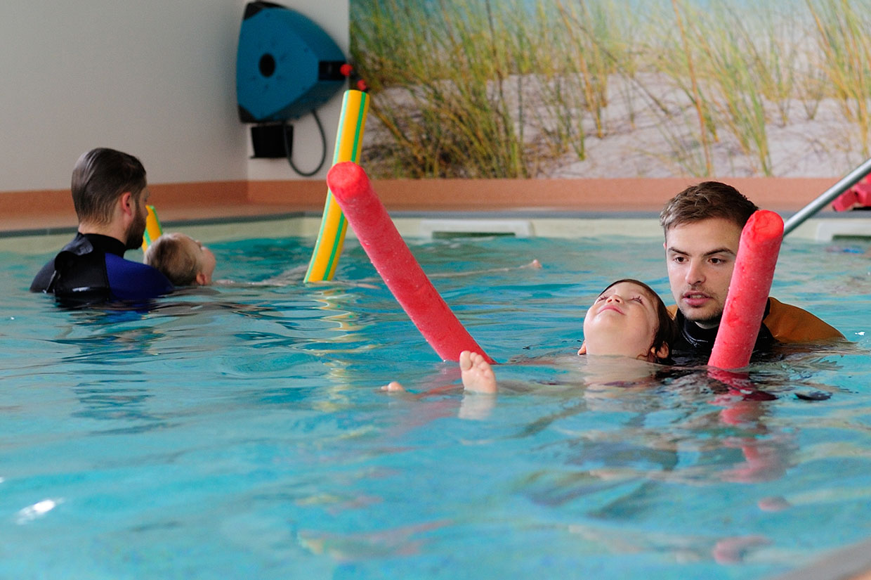Schwimmschule Kind vertraut Schwimmlehrer