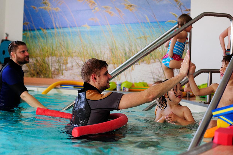 Schwimmschule Trainer und Kinder
